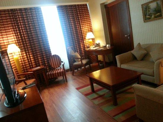 Retaj Al Rayyan Hotel : Full view of the living area