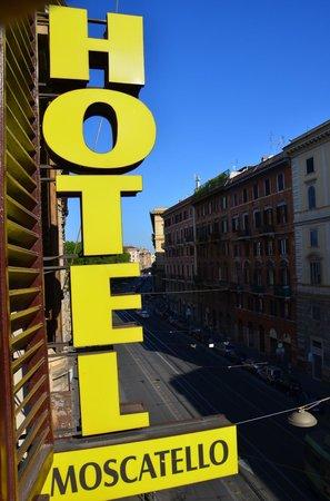 Moscatello: Visuale dalla camera verso la piazza