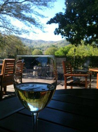 Legends Pub and Pizzeria: View through the Sauvignon Blanc