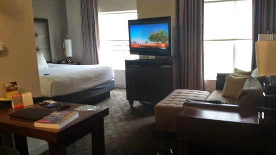 HYATT House Richmond-West : Bedroom/lounge area