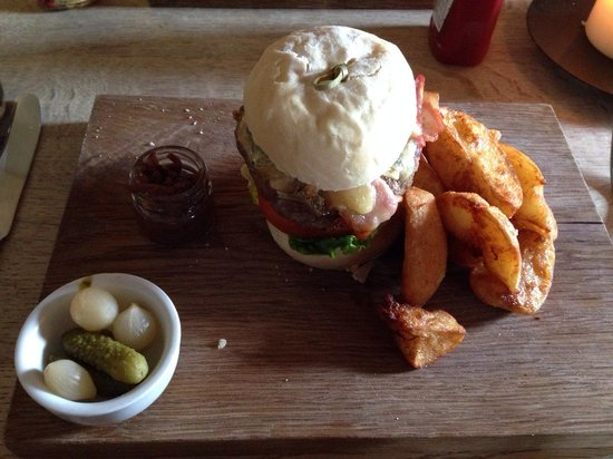 The Wheelwrights Arms: Blue cheese burger :-)