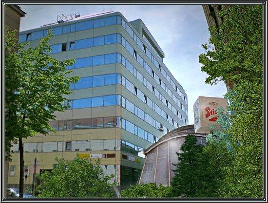 Simm's Hotel: Oben links, vorletzte Etage mein Zimmer (715) interessanter Ausblick