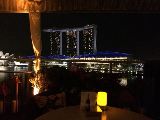 Lantern Rooftop Bar: Rooftop bar with THE view on the Sands marina bay hotel