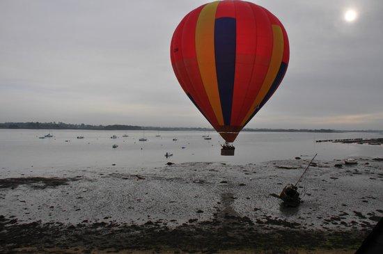 L'Escale en Arz: un hasard incroyable : une montgolfière au petit matin qui file au petit matin !!