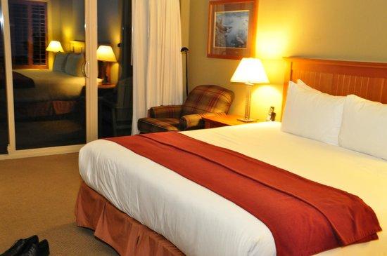 Long Beach Lodge Resort: Kingsizebett mit Lesesessel