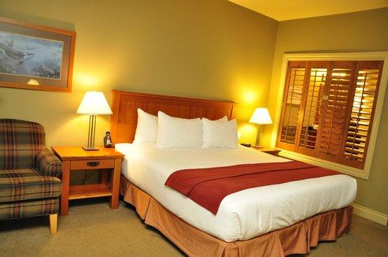Long Beach Lodge Resort: Kingssizebett und Lamellen (zum Bad) dahinter direkt die Badewanne mit Blick auf den Ozean