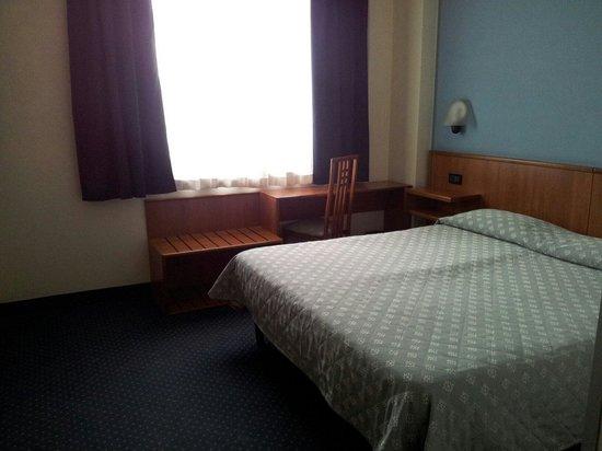 Hotel President: Letto matrimoniale camera per 4