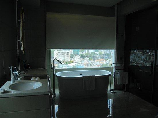 Hotel Nikko Saigon: Separate open bath tub