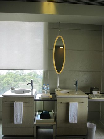Hotel Nikko Saigon : Nice his and her basins area overlooking the city