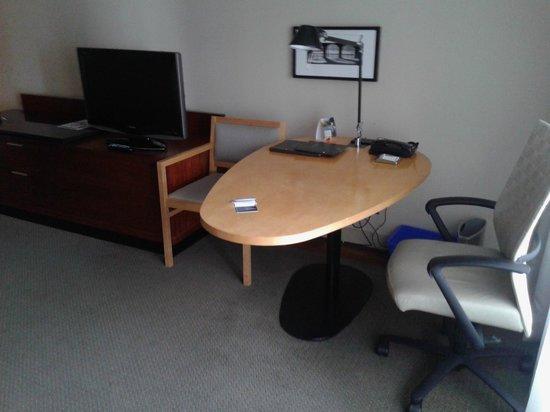 Hilton Toronto: zona escritorio habitación