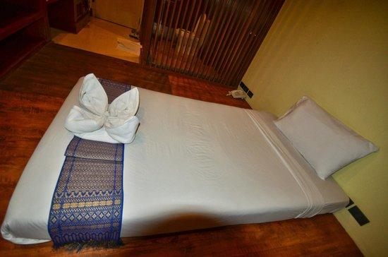 Dang Derm Hotel : lit chambre