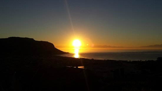 Tranquility Guest House: Sunrise over Fish Hoek