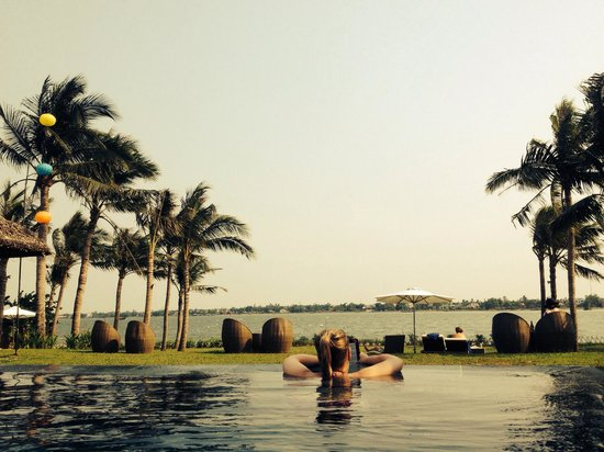 Vinh Hung Emerald Resort: Chilling in the infinity pool - bliss!
