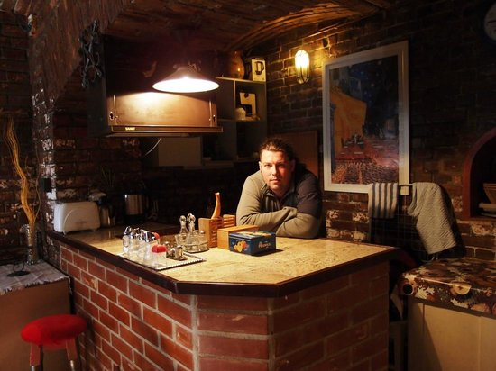 Kis Gellert Guesthouse: Кухня-столовая в цокольном этаже оформлена в ретро-стиле