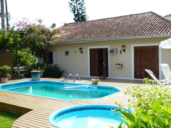 Pousada Jardim Porto Belo: vista das piscinas e fachada lateral da pousada