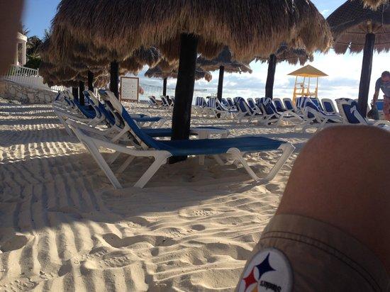 Golden Parnassus All Inclusive Resort & Spa Cancun: Palapas on beach....Ahhhhh