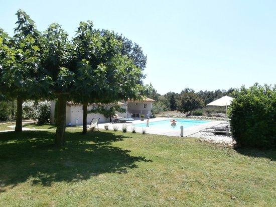 Maison d'hotes La Frejade: vue la piscine prise du parc