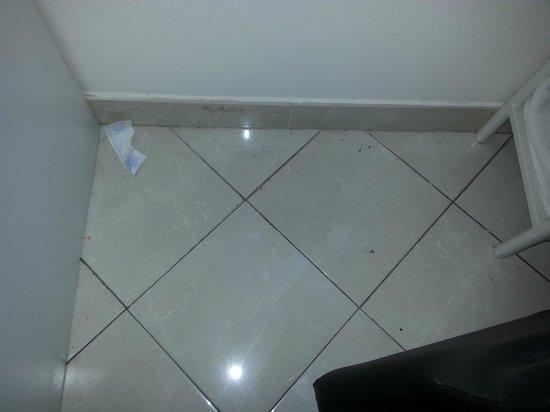 Marinella: scontrino e briciole su pavimento