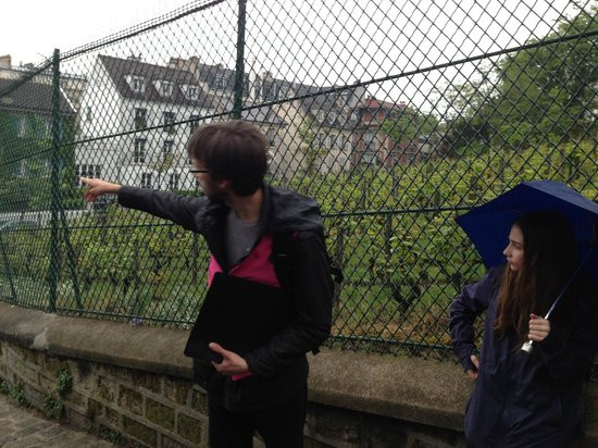 Discover Walks : Romain showing us the vineyard in Montmartre