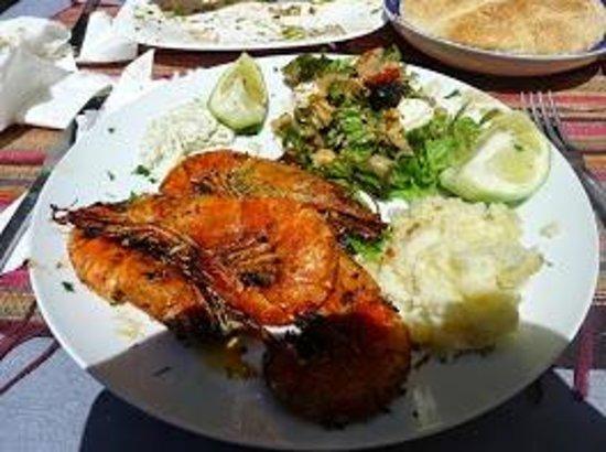 Tara Café: Crevettes royales et écrasé de pommes de terre accomapgné de sa salade