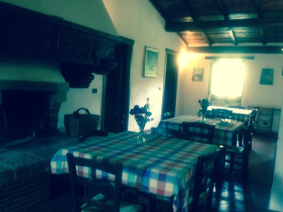 Sala Da Pranzo Con Camino Collegata Al Living Ha Un Tavolo Con Panca ...