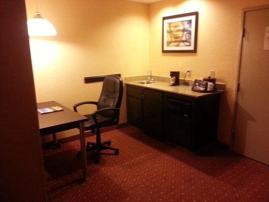BEST WESTERN PLUS Carlton Suites: Work station and kitchenette area