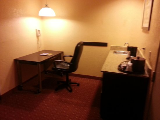 BEST WESTERN PLUS Carlton Suites: Work station another angle
