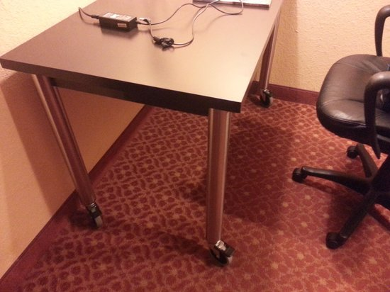 BEST WESTERN PLUS Carlton Suites: Work station on wheels - easy to move when needed