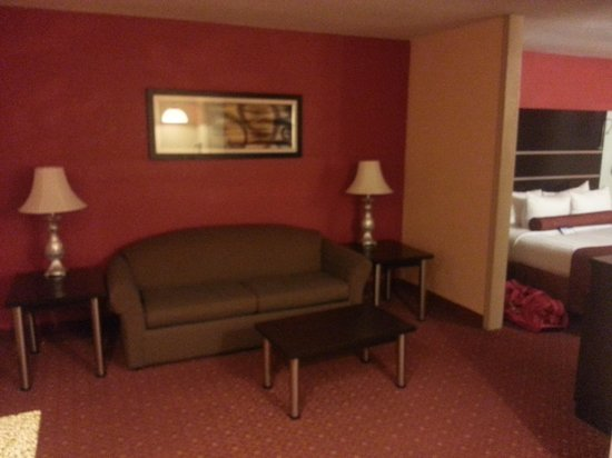 BEST WESTERN PLUS Carlton Suites: Living room in relationship to bed