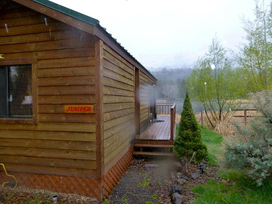 The Lodge at Summer Lake : Cabin, pond (April.. snowing lightly)
