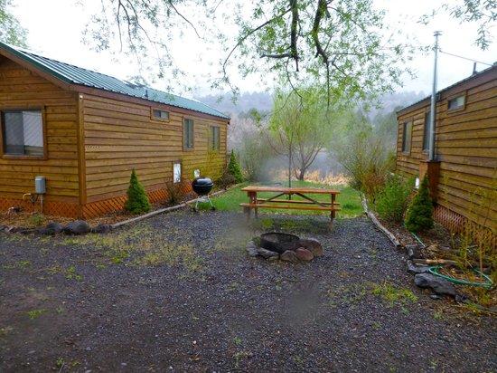 The Lodge at Summer Lake : Cabins, pond