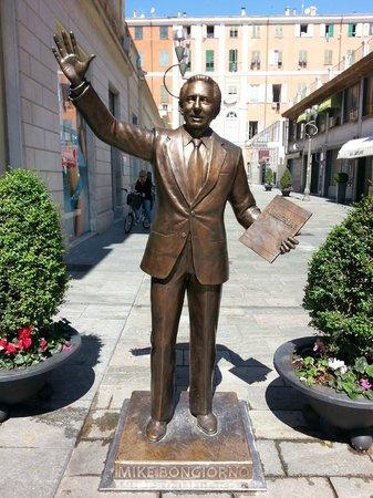 Mike Bongiorno Statue : Vista frontale