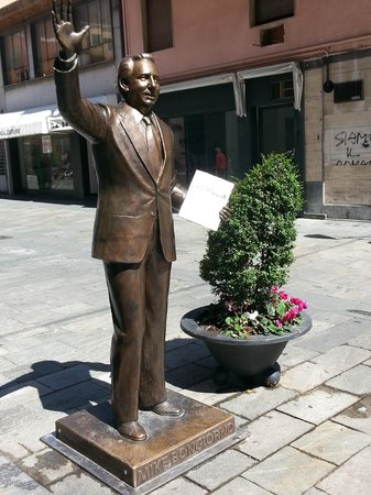 Mike Bongiorno Statue : Vista laterale