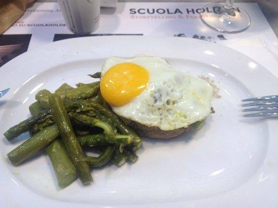 Eataly Lingotto: Hamburger di granda piemontese con uovo e asparagi
