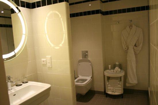 Hotel Carlton Lyon - MGallery Collection : Ванная комната в нашем номере