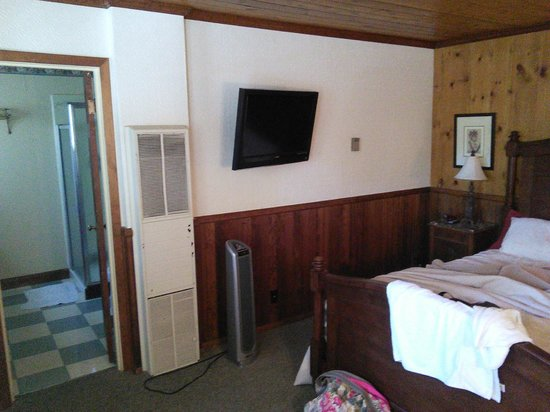 Narrow Gauge Inn: room (with antique airconditioner)