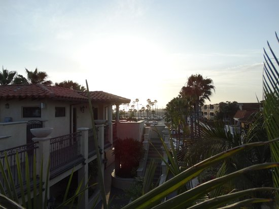 Balboa Inn: From the room, across the hotel across the lot, the sunset