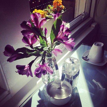 Six Murray Park: Fresh flowers on the breakfast table