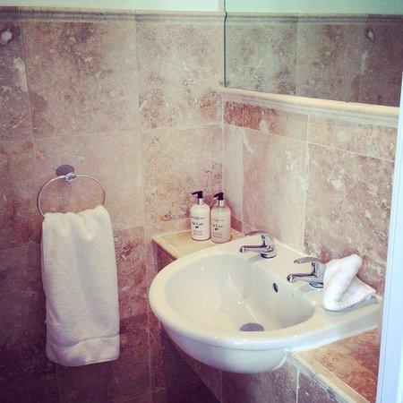 Six Murray Park: En suite bathroom