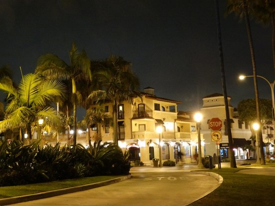 Balboa Inn: View of the hotel at night