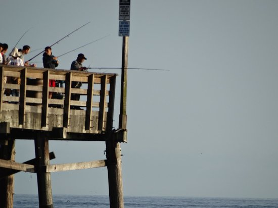 Balboa Inn: Lots of fishing on the pier