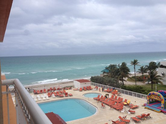 Ramada Plaza Marco Polo Beach Resort : Pool area early in the morning