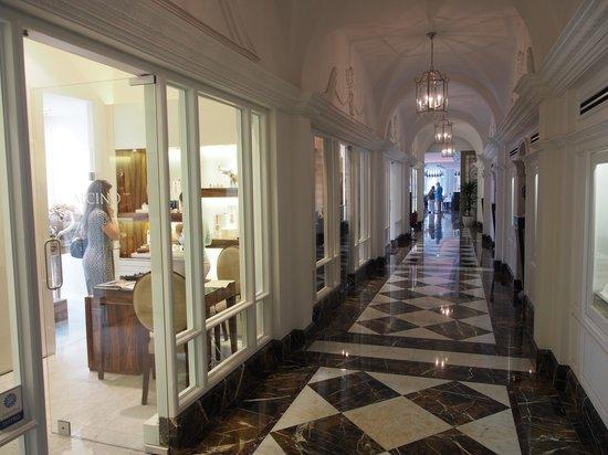 InterContinental Porto Palacio das Cardosas : Corredor para acesso ao restaurante