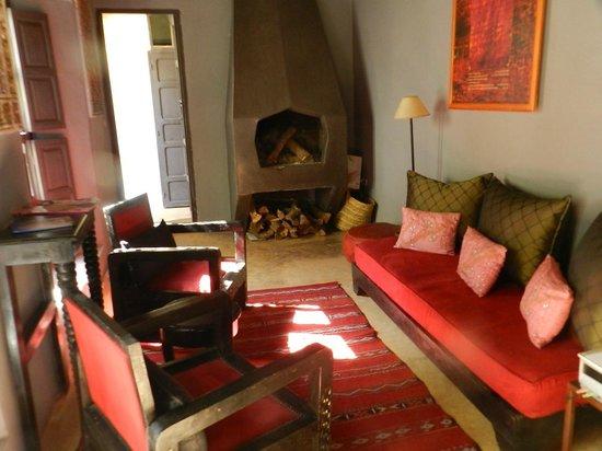 Riad Ennafoura: Salon cheminée