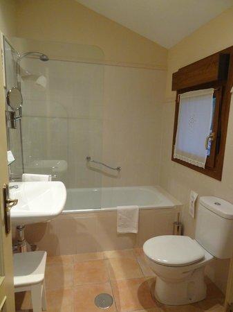 Hotel rural Arpa de Hierba: Estupenda bañera