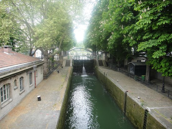 Le Citizen Hotel: A lock on the Canal St. Martin in front of the hotel
