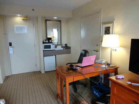 Holiday Inn & Suites Ottawa Kanata: Fridge, microwave, coffee maker