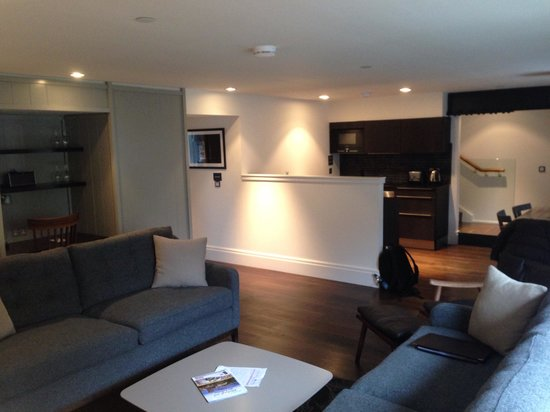 Old Town Chambers: Living room - 2 bedrooms apartment (basement)