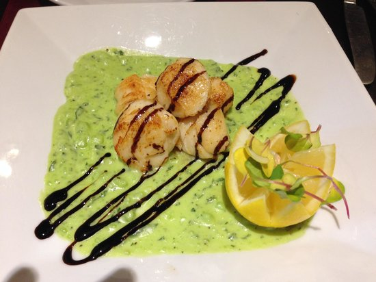 The Manor: Scallops with mushy pea sauce