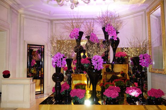 Four Seasons Hotel George V Paris : Gorgeous flower arrangements